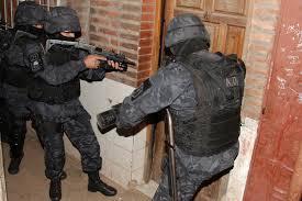 Dos menores arrestados por el crimen del comisario en Moreno